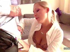 Teen Sekreterin dreht Home-Porno mit ihrem Chef