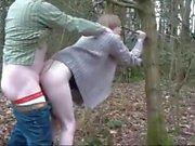 Pendeja con madurito en el bosque