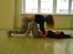 2 Teens twerking