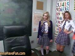 Les schoolgirls finger