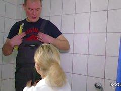 Junge schlanke Tochter fickt den Handwerker wenn Eltern weg