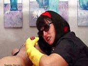 Sindy-Housewifes Glovesjob