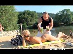 la bionda al lago col massaggiatore