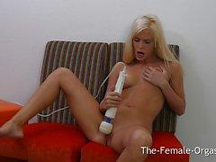 Seductive blonde vibes her warm slot