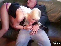 Opa fickt 18-jaehrigen blonde Teen Maus wenn Eltern nicht da